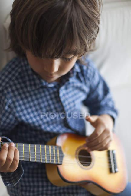 Kleiner Junge spielt Gitarre — Stockfoto