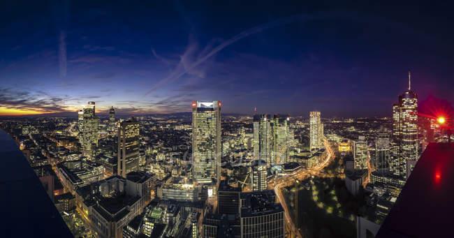 Alemania, Hesse, Frankfurt, distrito financiero por la noche - foto de stock