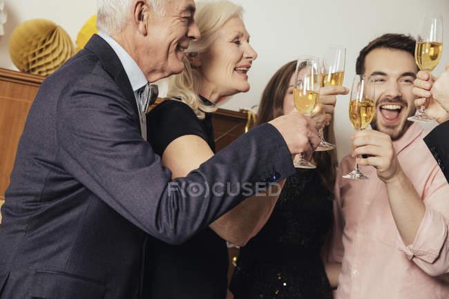 Друзі святкують новий рік разом, п'є шампанське — стокове фото