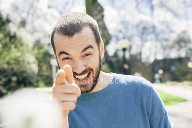 Porträt des Lachens Mann zeigte auf viewer — Stockfoto