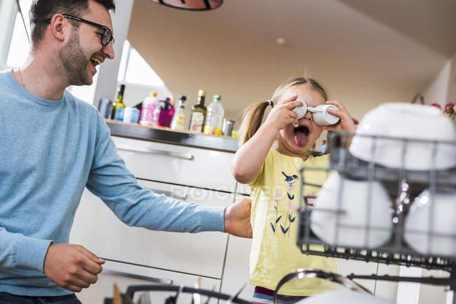 Грайливий дочка і батько очищення посудомийної машини — стокове фото