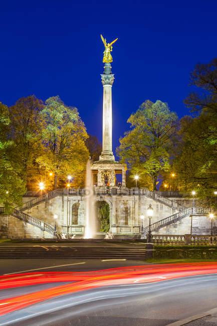 Deutschland, münchen, blick auf friedensengel bei nacht — Stockfoto