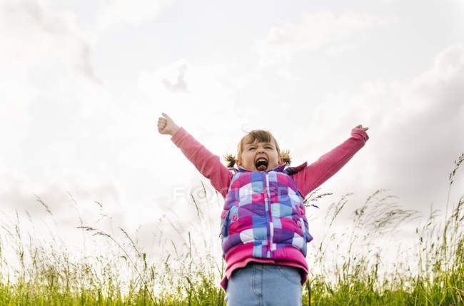 Little girl screaming out loud in nature — Stock Photo