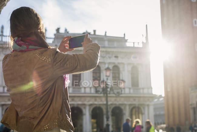 Turista scattare foto con smart phone — Foto stock