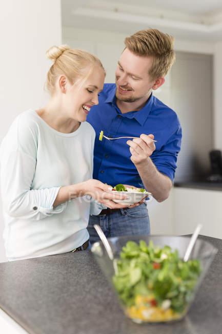 Щаслива Пара кухні з салатом — стокове фото