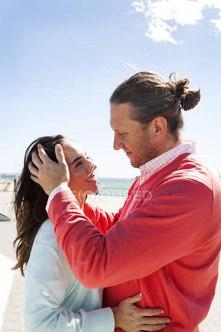 Вид сбоку влюбленной пары на пляже — стоковое фото