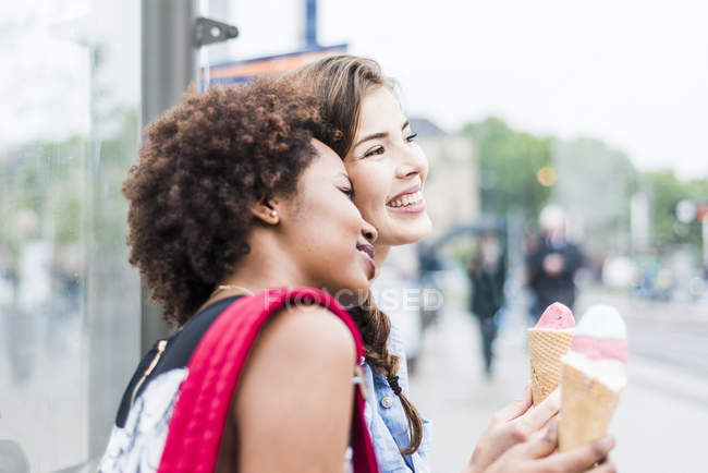 Two best friends with icecream cones — Stock Photo