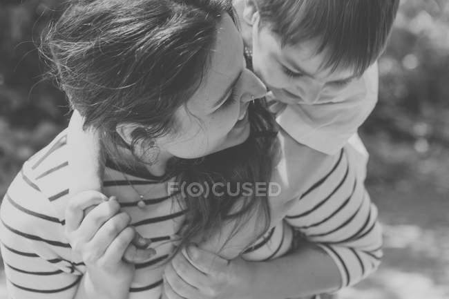 Mère ludique et fils à l'extérieur — Photo de stock