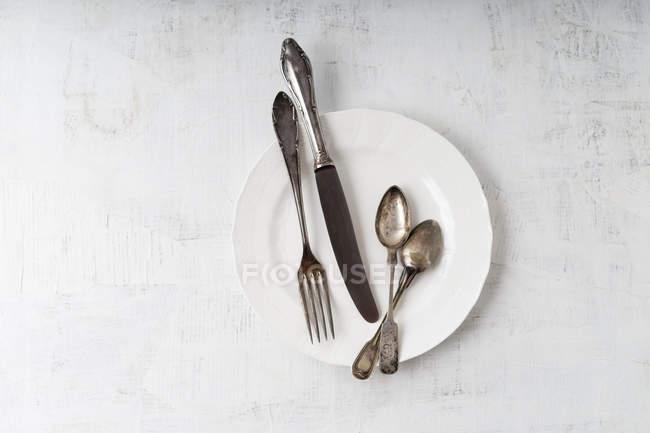 Вид зверху срібло столові прилади на тарілку — стокове фото