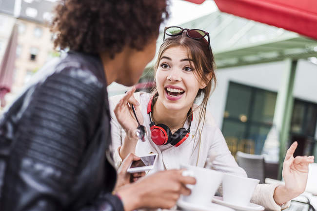 Две лучшие друзья, говорить в кафе — стоковое фото