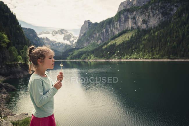 Австрия, Госау, девушка с мячом в Госаузи — стоковое фото
