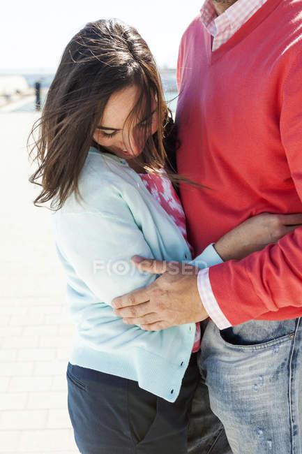 Frau mit wehenden Haaren umarmt von ihrem Freund — Stockfoto