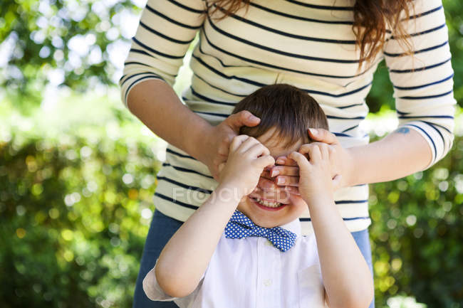Mother covering son's eyes — Stock Photo