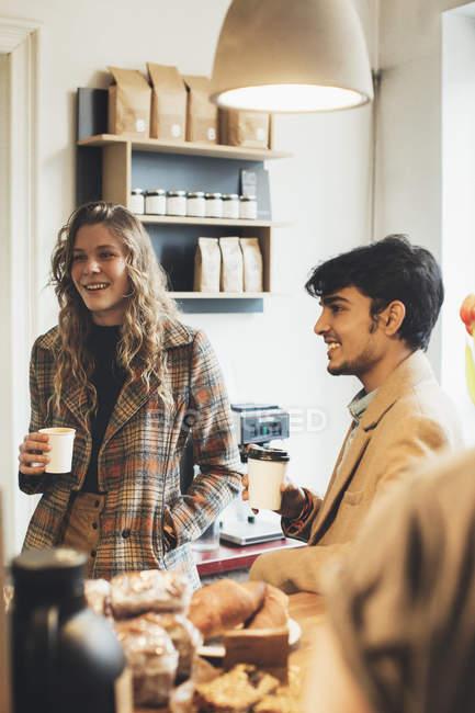 Freunde treffen sich in einem Café — Stockfoto