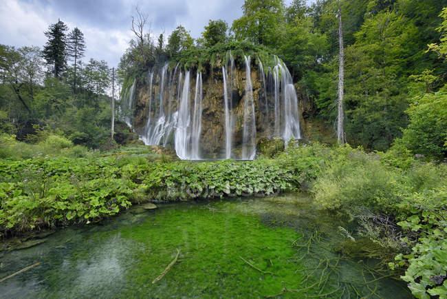 Croacia, cascada en el Parque nacional Lagos de Plitvice - foto de stock