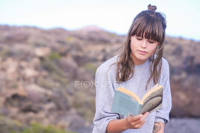 Junge Frau-Lesebuch — Stockfoto