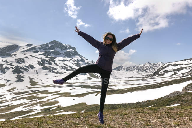 Playful woman jumping in mountains, Spain, Asturias, Somiedo — Stock Photo