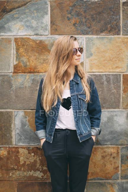 Женщина в солнечных очках смотрит сбоку — стоковое фото