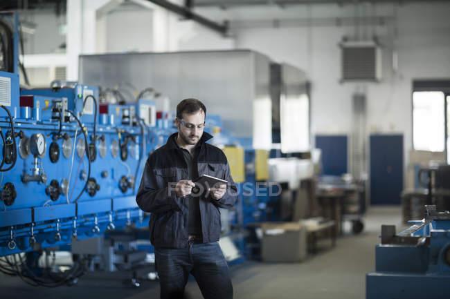 Молодые техник работы с планшетным ПК — стоковое фото
