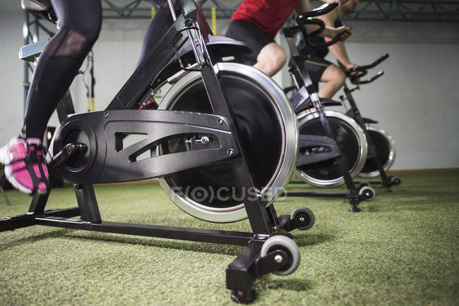 Nahaufnahme des Menschen eine Ausbildung am Heimtrainer im Fitness-Studio — Stockfoto