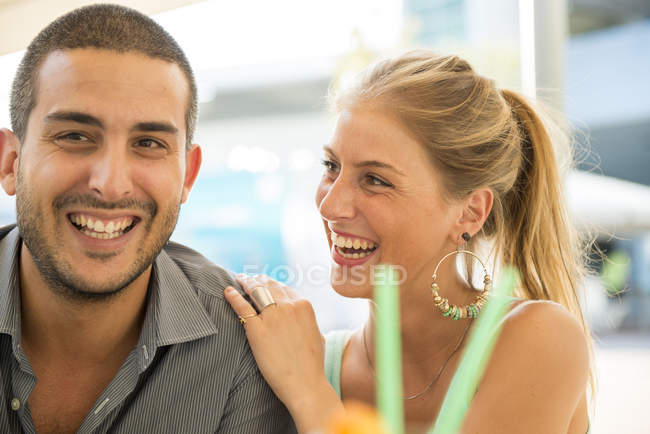 Laughing couple at outdoor cafe — Stock Photo