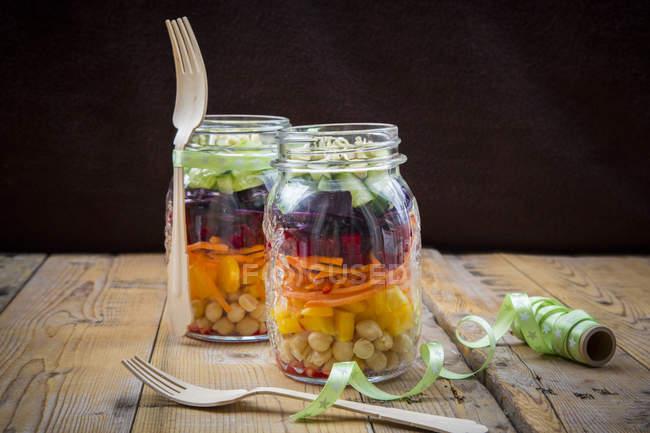 Frascos de ensalada de arcoíris con garbanzos - foto de stock