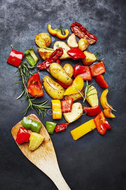 Legumes de forno e batatas em ardósia — Fotografia de Stock