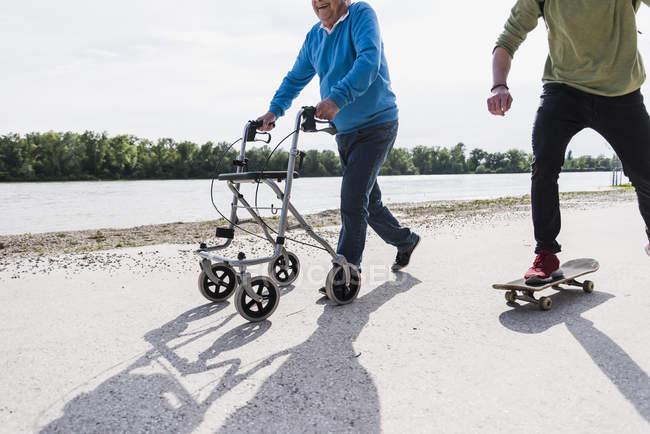 Großvater und Enkel amüsieren sich gemeinsam am Flussufer — Stockfoto
