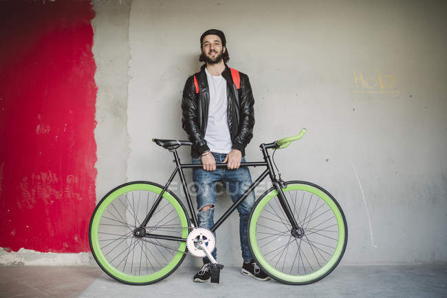 Young man with fixie bike — Stock Photo