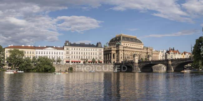 Czechia, Praga, fiume Moldava, Cafe Slavia, Teatro Nazionale e Goethe Institute — Foto stock