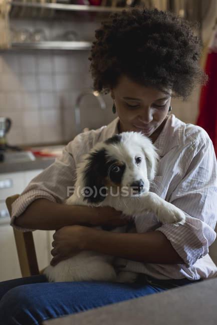 Женщина сидит с собакой на коленях — стоковое фото