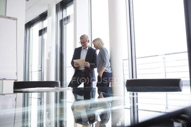 Бизнесмен, предприниматель, с помощью цифрового планшета в офисе — стоковое фото