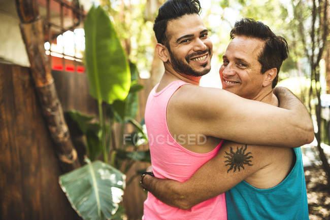 Ritratto di felice coppia gay braccio in braccio — Foto stock