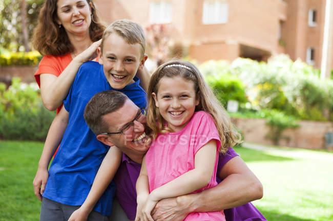 Retrato da família caucasiana feliz no jardim — Fotografia de Stock