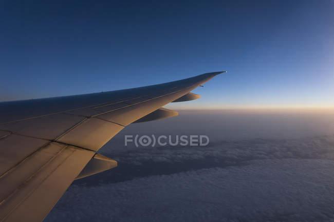 Ala del avión sobre Europa - foto de stock