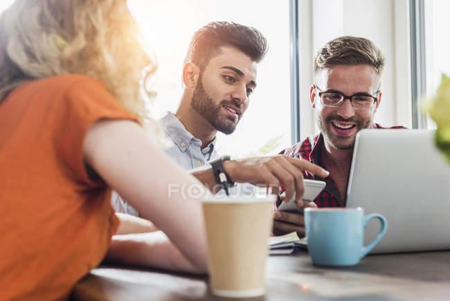 Young Professionals arbeiten im Büro am Laptop — Stockfoto