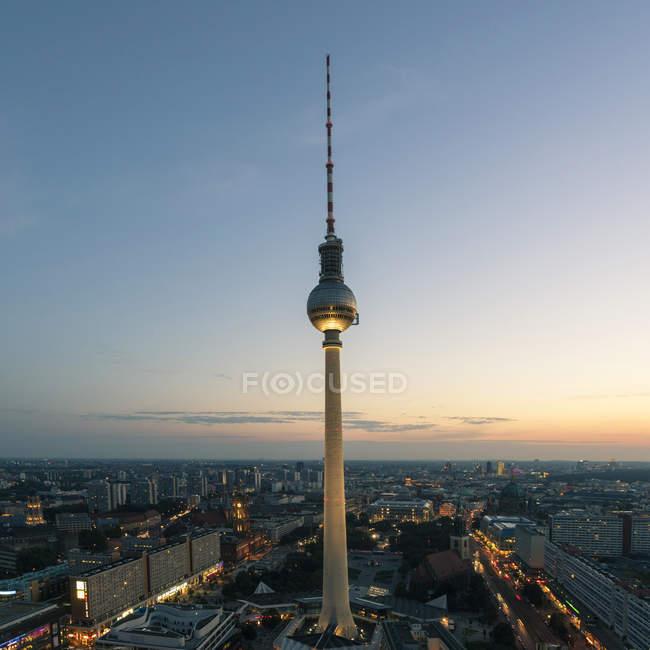 Alemania, Berlín, ve a la torre de la televisión por puesta del sol - foto de stock