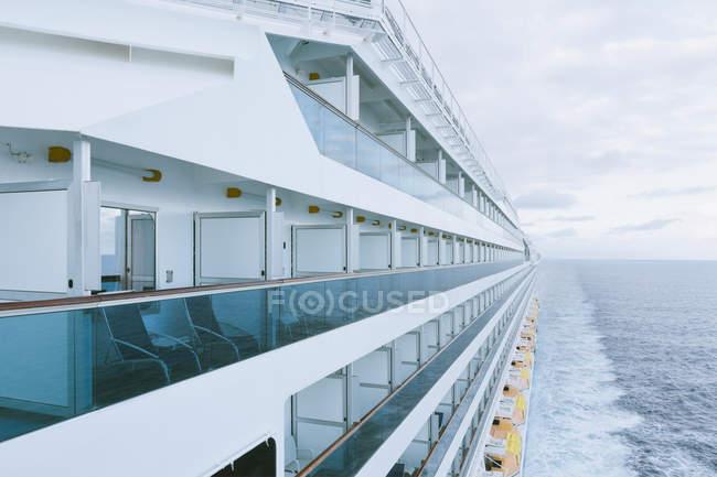 Blick auf Bord eines Kreuzfahrtschiffes, Mittelmeer — Stockfoto