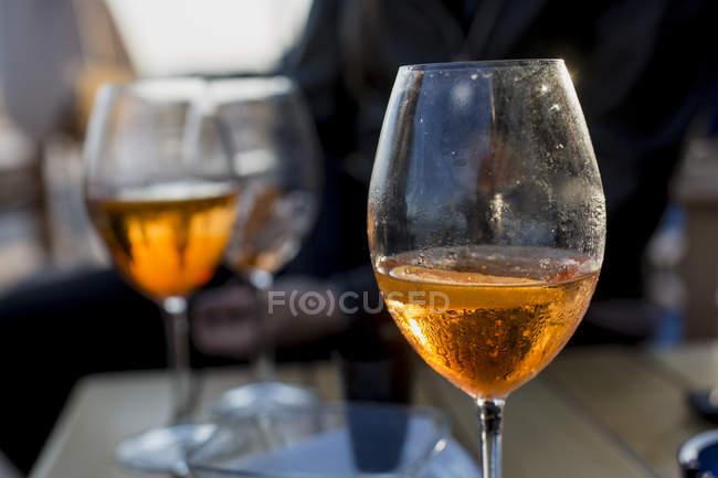 Óculos com aperitivo no bar, close-up — Fotografia de Stock
