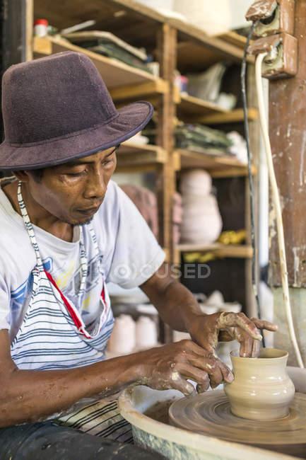Potter in laboratorio lavoro il vaso di terracotta — Foto stock