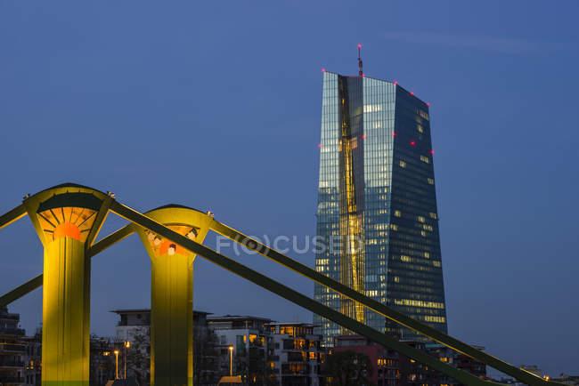 Rio principal e a sede europeia do Banco Central na noite, Frankfurt, Hesse, Alemanha — Fotografia de Stock