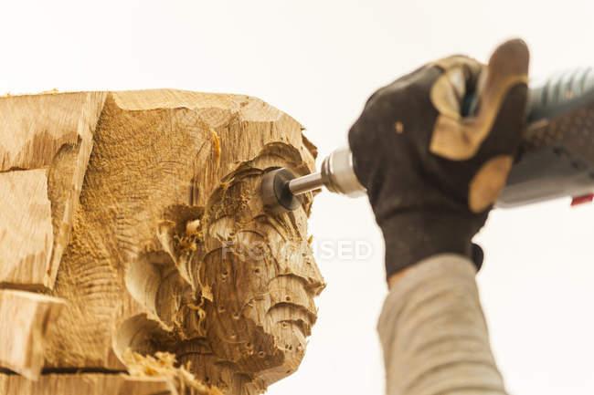 Holzschnitzer in Werkstatt arbeiten an Skulptur mit Fräsmaschine — Stockfoto