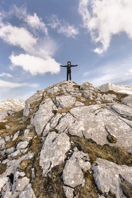 Homme debout avec les bras tendus dans les montagnes, Espagne, Asturies, Somiedo — Photo de stock