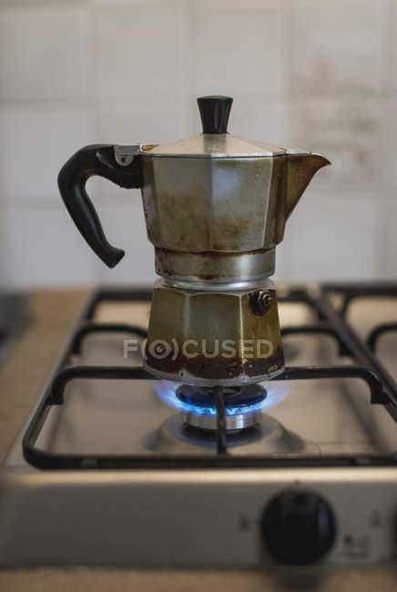 Крупним планом еспресо, розташованої газова плита — стокове фото