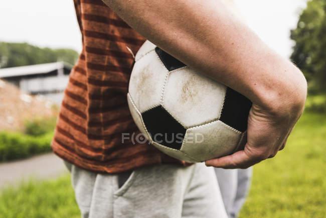 Закри чоловік тримає футбольний м'яч — стокове фото