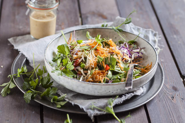 Rainbow salad with spinach leaves, peas, carrot, mung bean sprouts, quinoa, parsley, pea sprouts and red cabbage — Stock Photo
