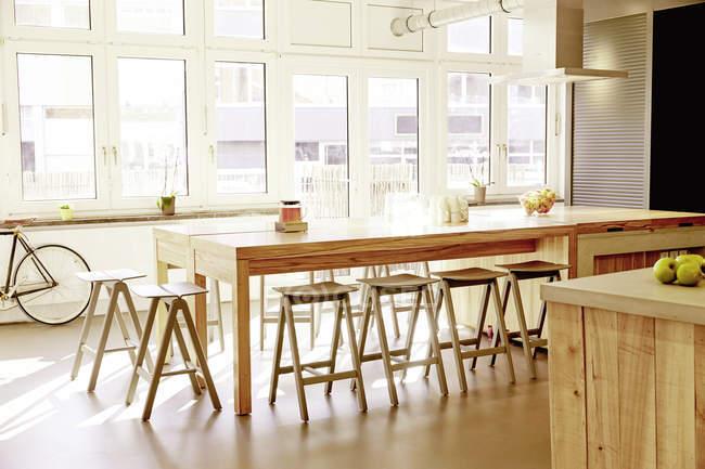 Interno della moderna mensa in un ufficio moderno — Foto stock