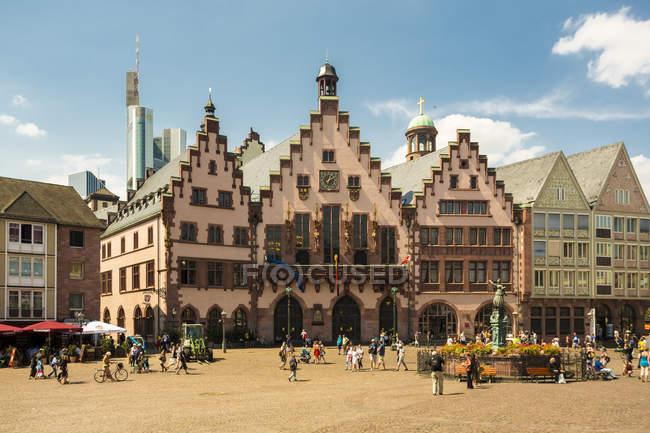Deutschland, frankfurt, roemerberg und gerechtigkeitsbrunnen am marktplatz — Stockfoto
