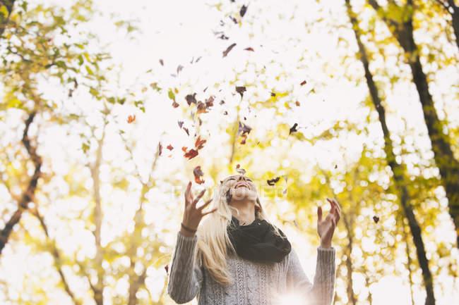 Щаслива Дівчинка-підліток вирвало Осінні листи — стокове фото