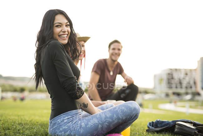 Freinds sitzen auf Gras und haben Spaß — Stockfoto